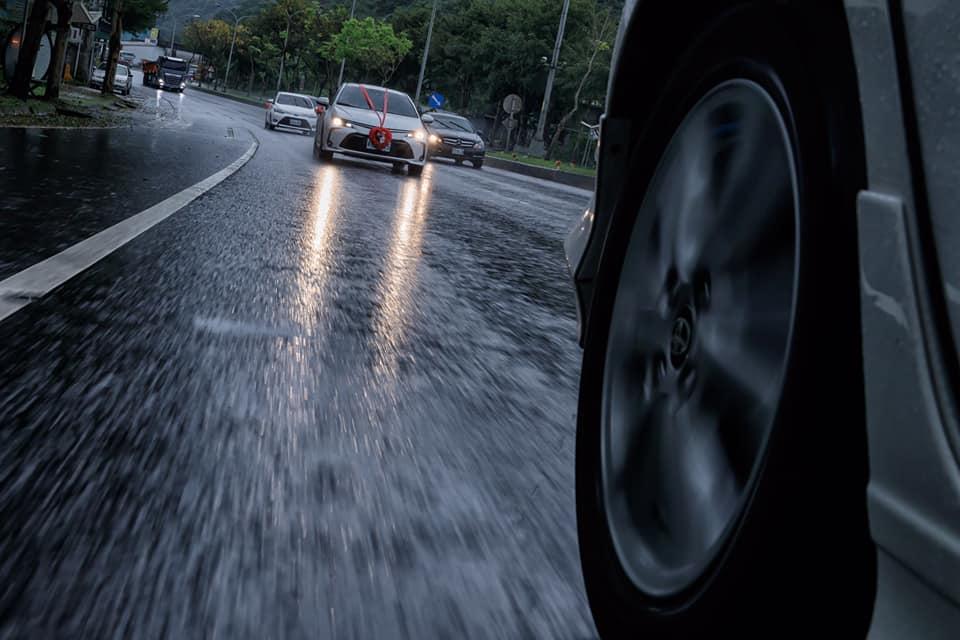 車子進行開著,上半身在窗戶外,不管雨大雨小,為了呈現美照,攝影師很賣命,禮車裡的人捏一把冷汗